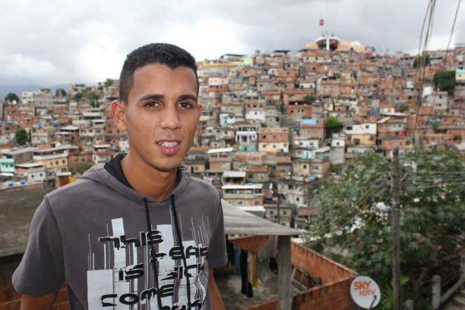 Fotograf Bruno Itan im Complexo do Alemão in Rio (Foto: Julia Jaroschewski)