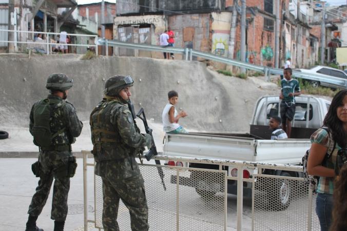 Militär in den Favelas von Rio (Foto: Julia Jaroschewski)