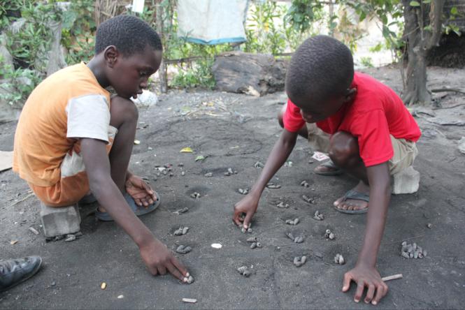 Hoffnung auf eine bessere Zukunft: Kinder im Armenviertel in Beira (credits: Julia Jaroschewski)