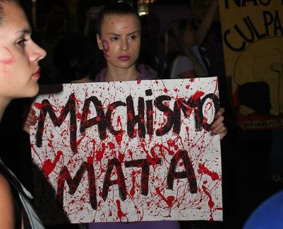 Junge Frauen demonstrierenen gegen Sexismus und Gewalt gegenüber Frauen (Credit: Julia Jaroschewski)